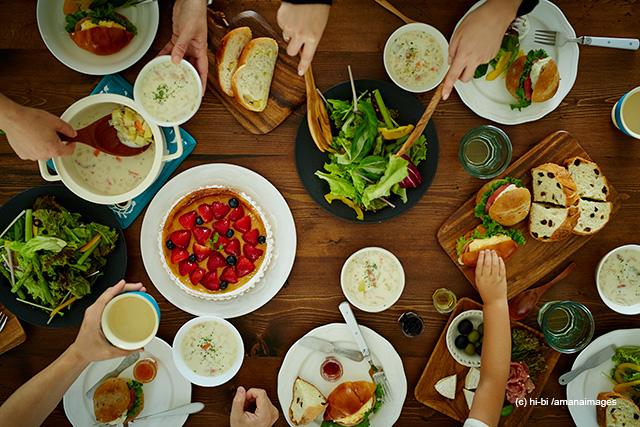 「食事をするファミリーの手」 (c) hi-bi /amanaimages