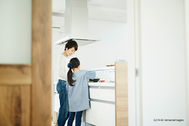 「料理をする母親と女の子」(c)hi-bi/amanaimages