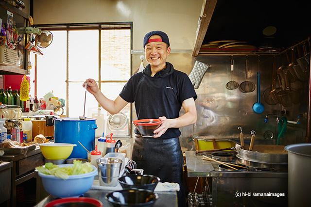 「厨房に立つラーメン屋の店員」(c)hi-bi/amanaimages