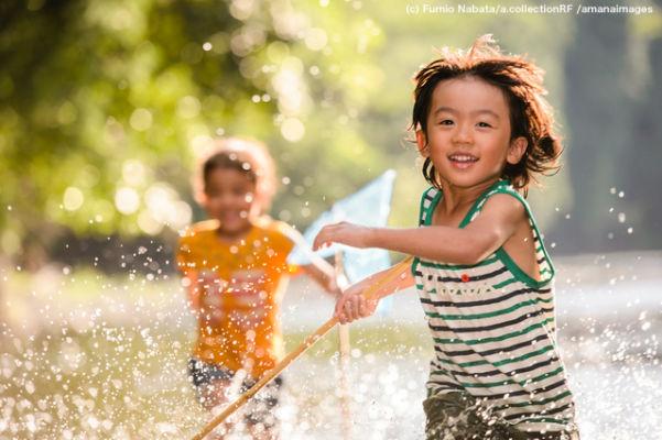 川で網を持って走る子ども