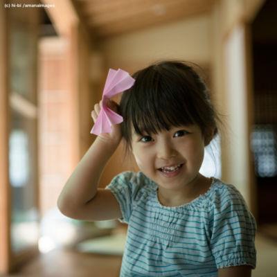 折り紙で遊ぶ女の子