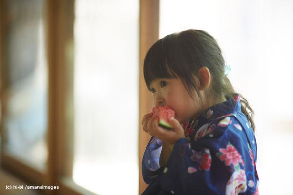スイカを食べる浴衣姿の女の子